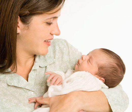 چرا مادرها فرزندشان را به سمت چپ بغل میکنند؟